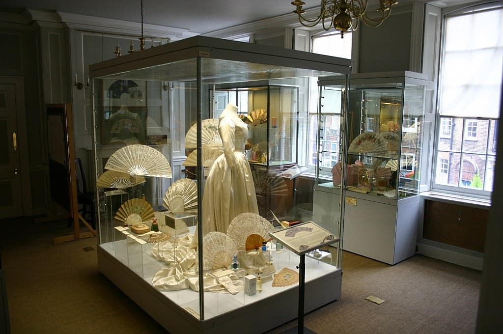 Display cabinet with white fans and dress