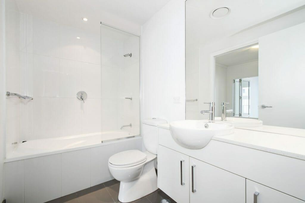 A shower bath with a half screen